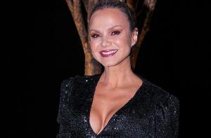 Eliana elege jumpsuit com decote e brilho para festa de maquiador em SP. Fotos!