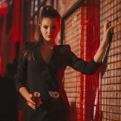 Embaixadora da Givenchy, Camila Queiroz usa vestido envelope em evento da marca