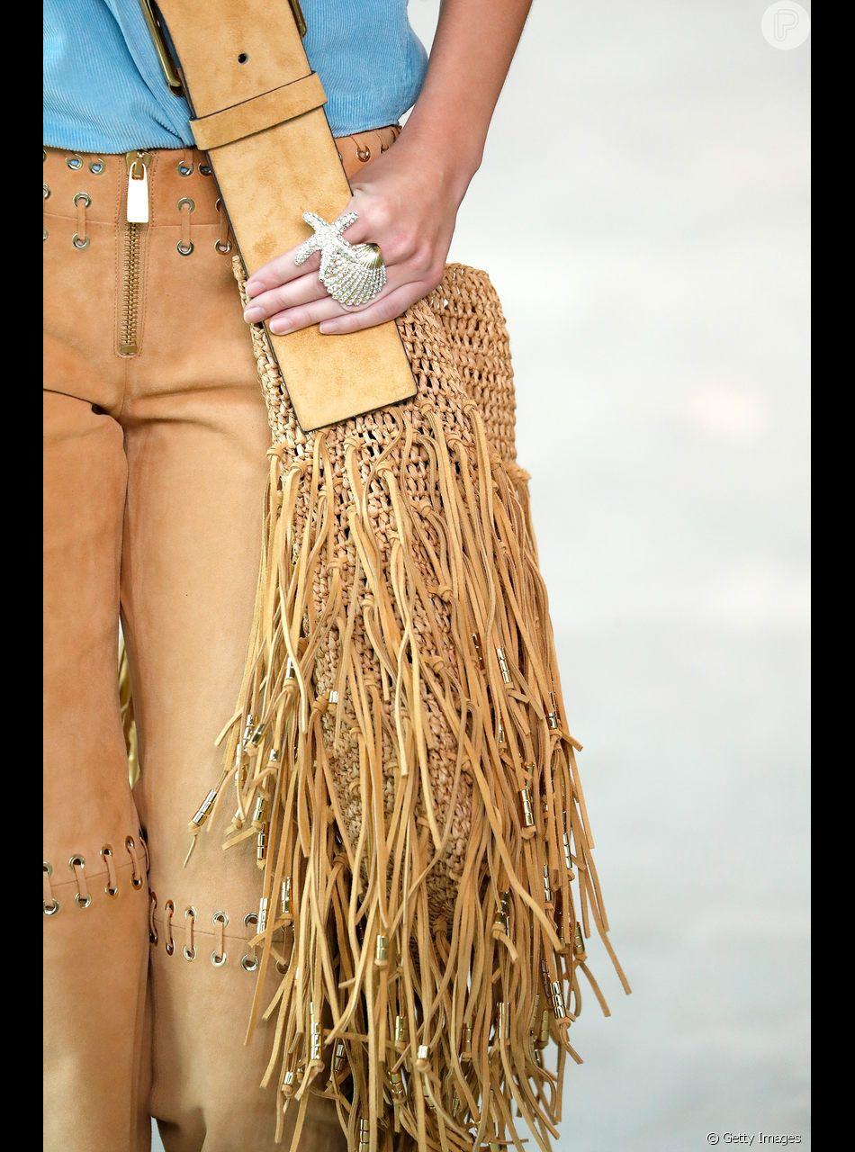 a01a828f8af7e A bolsa de palha com detalhes de franja da Michael Kors tem uma pegada  cowboy, umas das tendências do verão