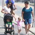 Thais Fersoza passeia ao lado de Melinda, Teodoro e a mãe, Glória Cristina