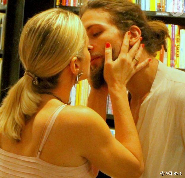 Letícia Spiller foi prestigiada pelo namorado, Pablo Vares, ao lançar o livro 'Mais de Mim', no Rio, neste domingo, 23 de setembro de 2018