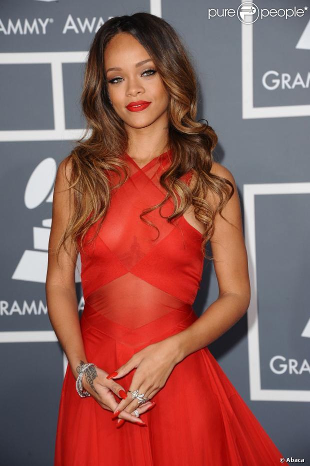 Rihanna não foi premiada, mas roubou a cena ao cantar em homenagem a Bob Marley, no Grammy Awards 2013, neste domingo, 10 de fevereiro de 2013