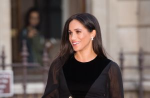 Meghan Markle elege vestido Givenchy preto em 1º evento solo como duquesa. Fotos