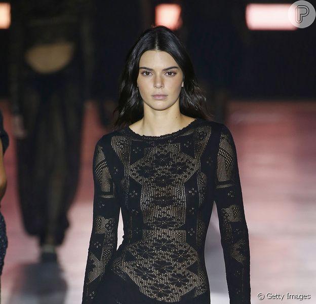 Famosas apostas em looks com transparência e sem sutiã. Kendall Jenner veste transparência no desfile da italiana Alberta Ferretti