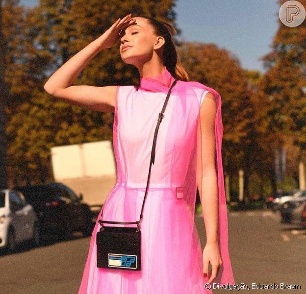 Neon: Marina Ruy Barbosa usa vestido rosa fluorescente em Paris