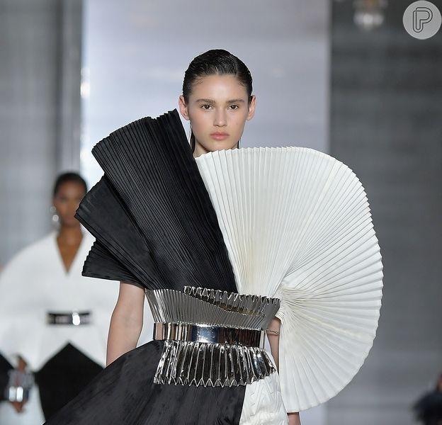 Vestidos das semanas de moda internacionais têm pegada anos 80: modelo da Balmain é escultural e valoriza a cintura e as pernas
