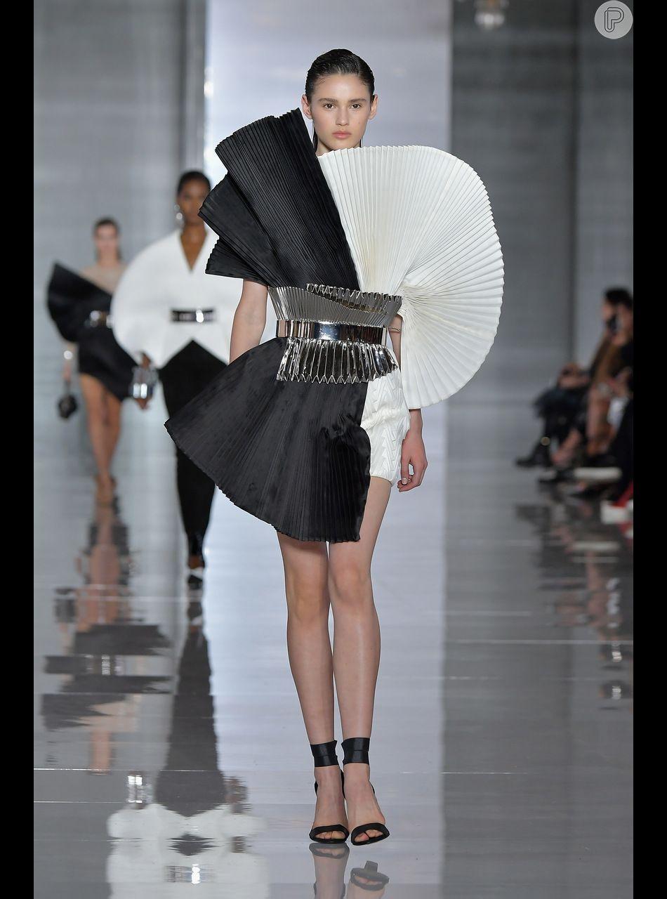 Vestidos das semanas de moda internacionais têm pegada anos 80  modelo da  Balmain é escultural f27301c367e3e