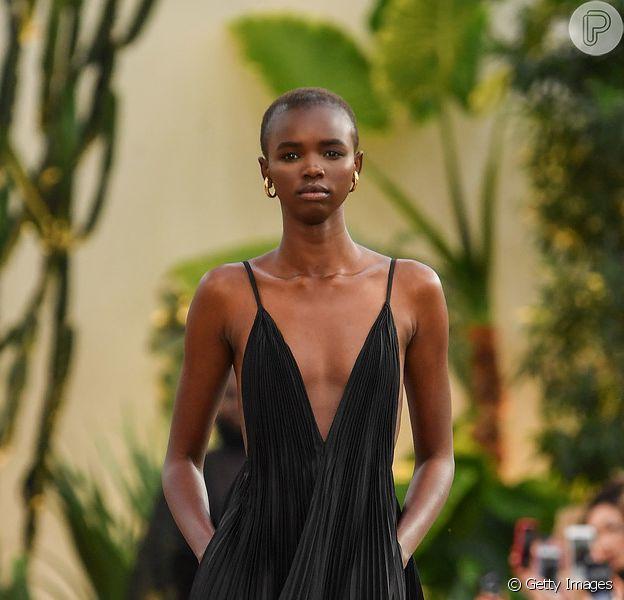 Pretinho no verão: peças em preto mas frescas o suficiente para serem usadas no verão. O vestido longo plissado e decotado é da Valentino