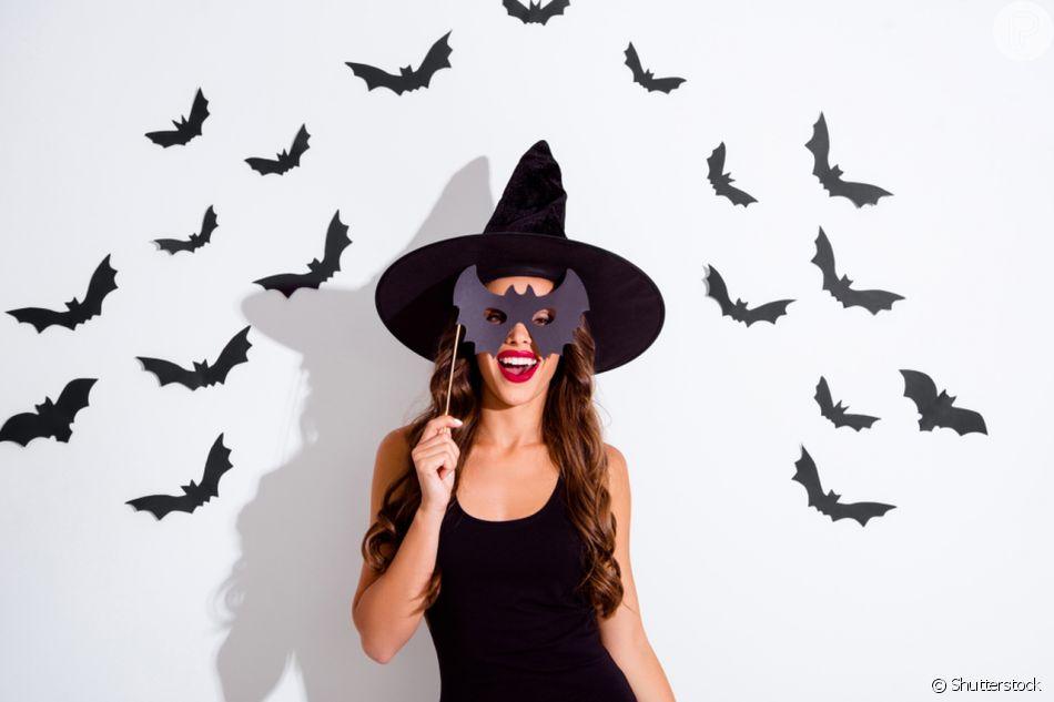 Na fantasia de bruxa no Halloween f46b9f6a098
