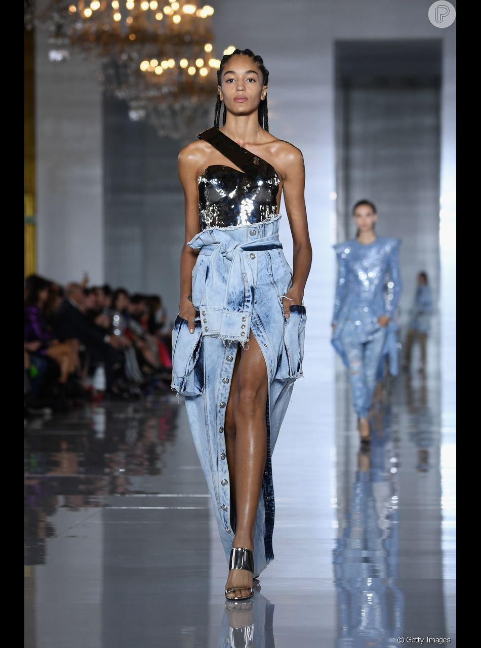 Formas de usar jeans no verão: o look Balmain traz uma saia longa descontruída que vai do dia de trabalho à produção de balada