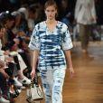 Mais molinho e leve, o jeans com tie dye de Stella McCartney é confortável e fresco, além de fashion