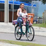 Deborah Secco passeia de bicicleta com a filha, Maria Flor. Veja fotos!