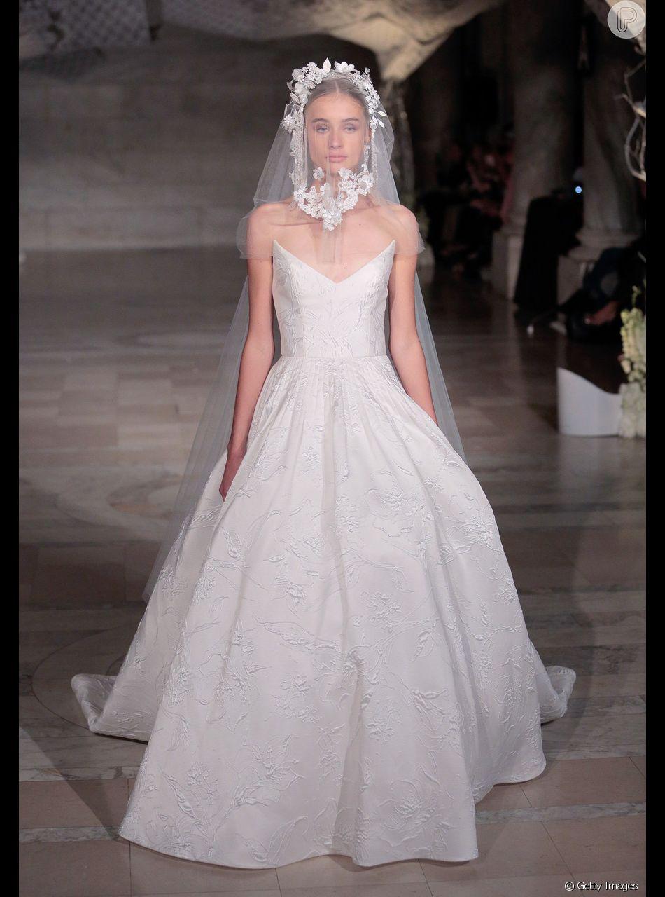 O look minimalista também pode ser imponente, que tal esse modelo princesa  Reem Acra  33c29b91f3