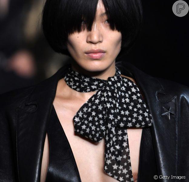 Laços para o verão 2019: laçada no pescoço complementa o look Saint Laurent