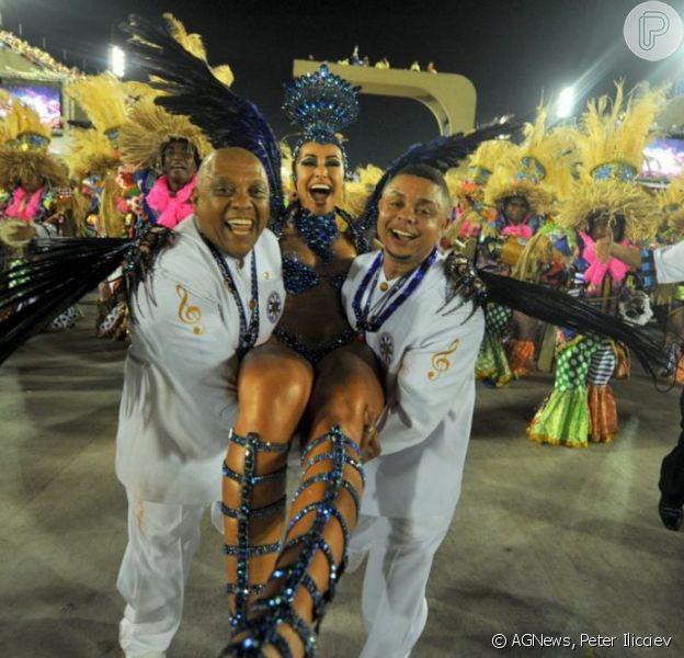 Sabrina Sato termina desfile sendo carregada pelos integrantes da escola Unidos de Vila Isabel, em 11 de fevereiro de 2013