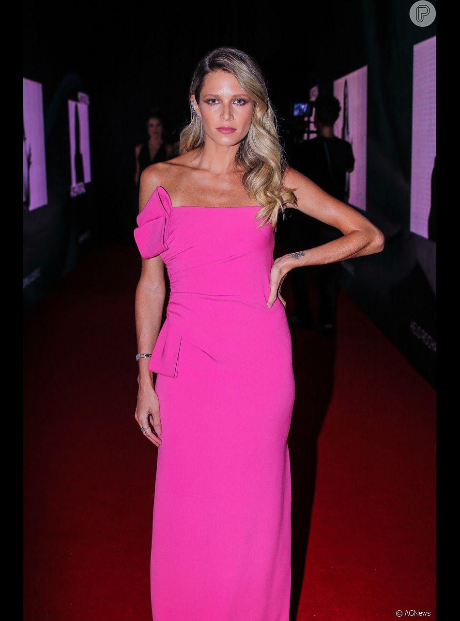 Helena Bordon apostou no batom rosa para combinar com a cor do vestido