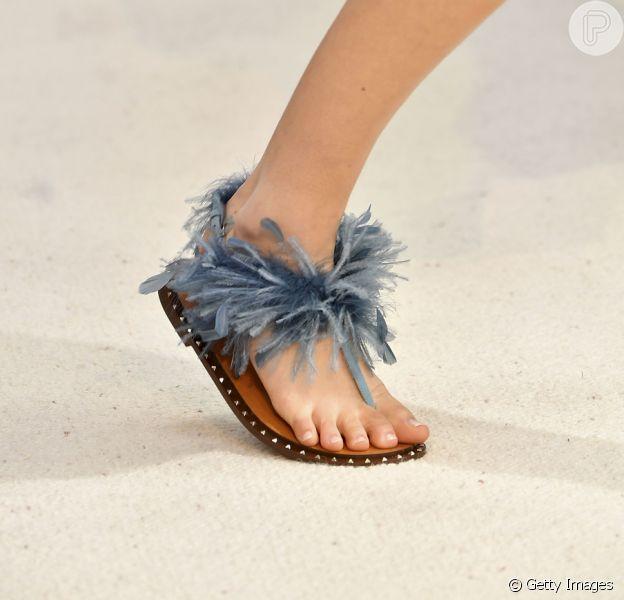 Sandálias rasteiras do verão 2019: sandália de dedo com pluminhas Valentino