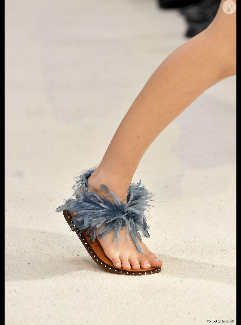407266649 Sandálias rasteiras do verão 2019: sandália de dedo com pluminhas Valentino