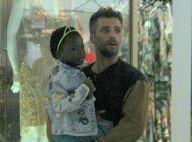Bruno Gagliasso leva a filha, Títi, em brinquedo e compra presente em shopping