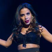 Anitta exibe boa forma ao usar biquíni branco grifado em praia de Fortaleza