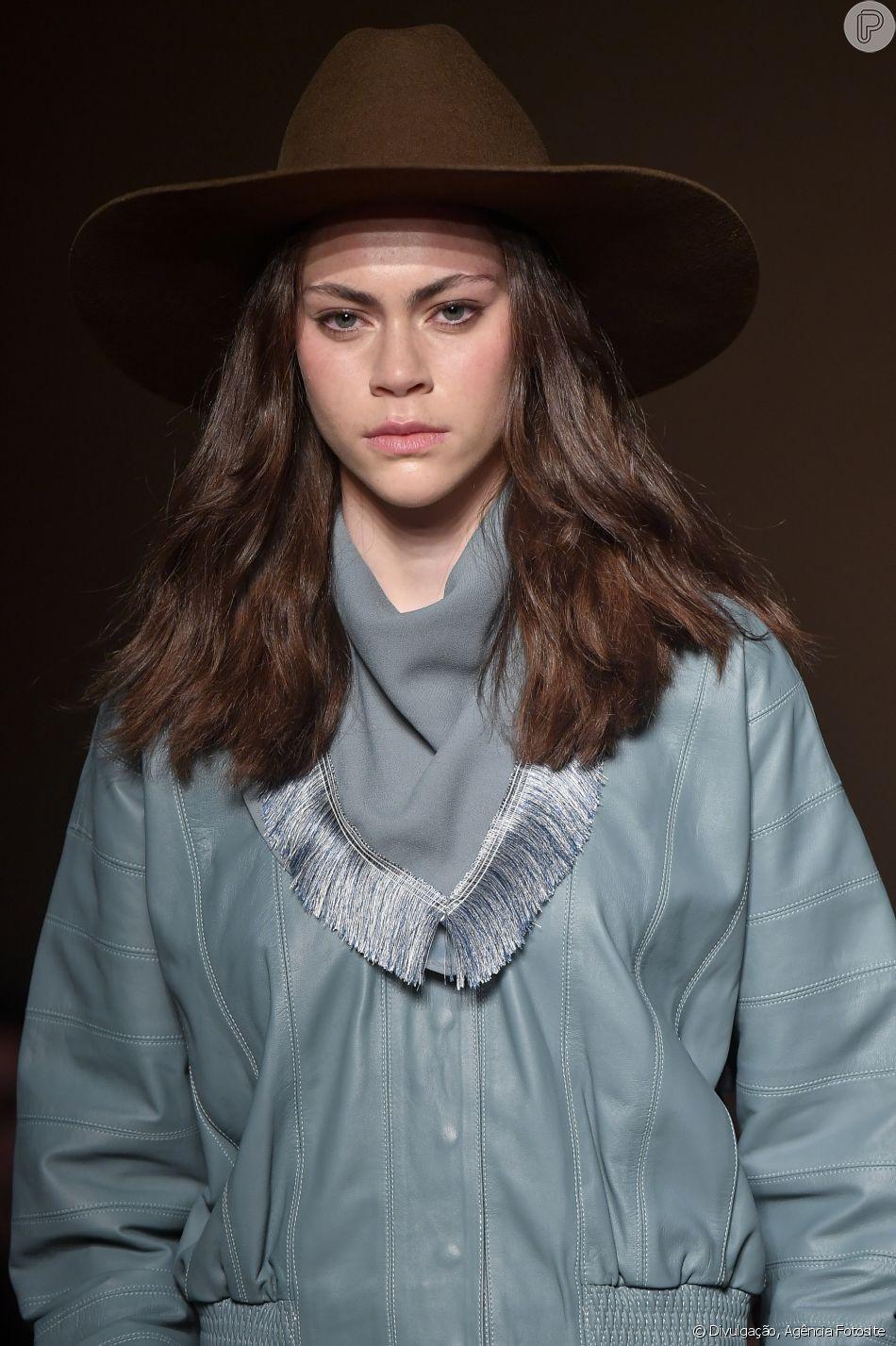 Jaqueta Bomber + lenço franjado + chapéu para um look western 80s
