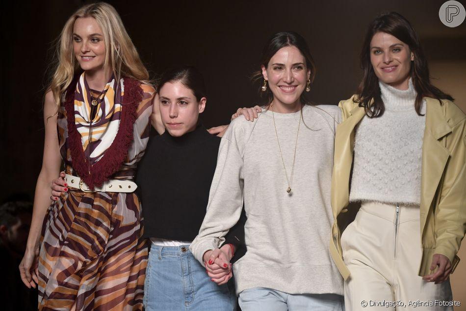 As irmãs Lilly e Renata Sarti no meio das tops Carol Trentiti e Isabeli Fontana
