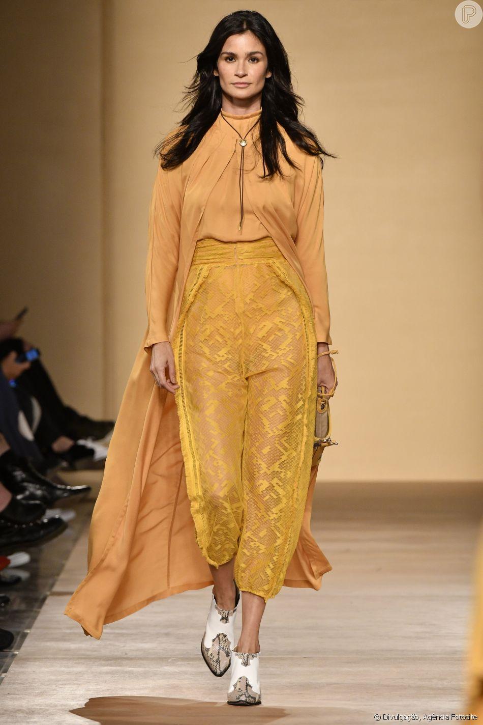 Cintura alta e amarelão na produção desfilada por Carol Ribeiro