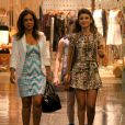 Para um passeio no shopping, a sertaneja Paula Fernandes usou um microvestido rodado estampado