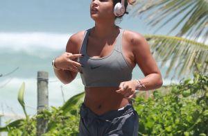 Giulia Costa corre na orla, retoca bronzeado e beija DJ em praia do Rio. Fotos!