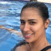 Simone curte piscina com look de academia e explica: 'Não dá para mostrar corpo'