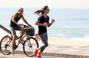 Glenda Kozlowski se exercita e mostra barriga sequinha na orla do Leblon, no Rio