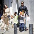 Pais de três filhos adotivos e três biológicos, Brad e Angelina Jolie podem estar esperando o sétimo bebê