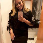 Estilosa! Marília Mendonça usa jaqueta com plumas e chunky sneakers de R$ 8 mil