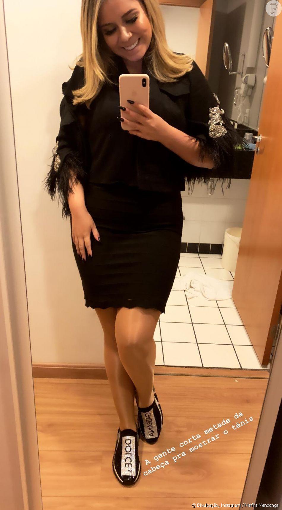 Marília Mendonça usou jaqueta com plumas e chunky sneakers de R$ 8 mil
