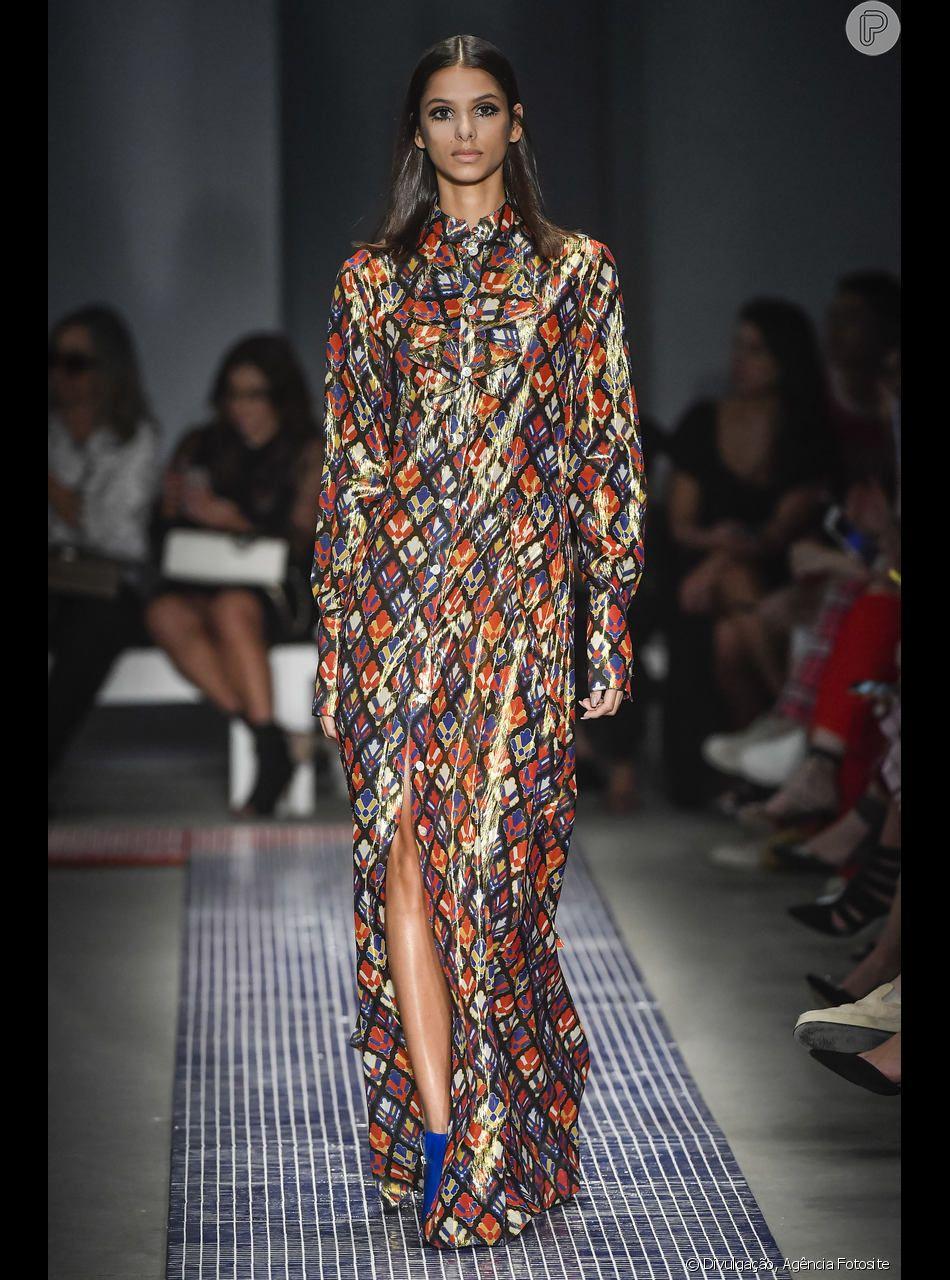 Coral e roxo apareceram no vestido longo de mangas e fendas de Reinaldo Lourenço no SPFW