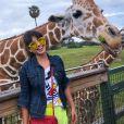 Paula Fernandes posa com girafa em parque