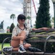 Paula Fernandes posa em parque de Orlando durante férias