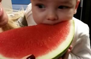 Filho de Ana Hickmann come melancia pela primeira vez: 'Gosta de experimentar'