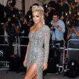 Rita Ora mostra suas pernas bronzeadas em vestido da grife Zuhair Murad