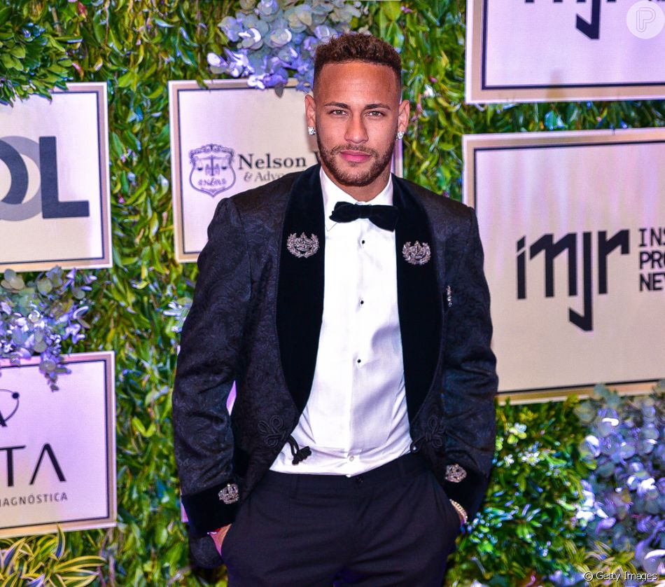 Neymar encontrou a ex-BBB Angela Munhoz, a modelo Dani Sachetti e o amigo Gil Cebola em Paris e afastou os rumores de affair