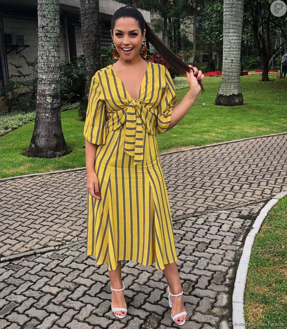 Em foto, Thais Fersoza aparece com vestido midi listrado nas cores amarelo  e preto e af290a079e