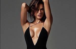 Alessandra Ambrosio posa com vestido superdecotado para revista de moda