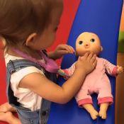 Thais Fersoza mostra Melinda brincando de médico com boneca: 'Eu não aguento'