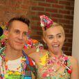Miley Cyrus posa com a língua de fora ao lado de Jeremy Scott