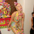 Miley Cyrus usa look estiloso para ir à desfile na Semana de Moda de Nova York