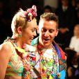Usando look supercolorido, Miley Cyrus cruza passarela da Semana de Moda de Nova York