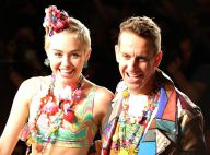 Miley Cyrus desfila ao lado do estilista Jeremy Scott na Semana de Moda de NY