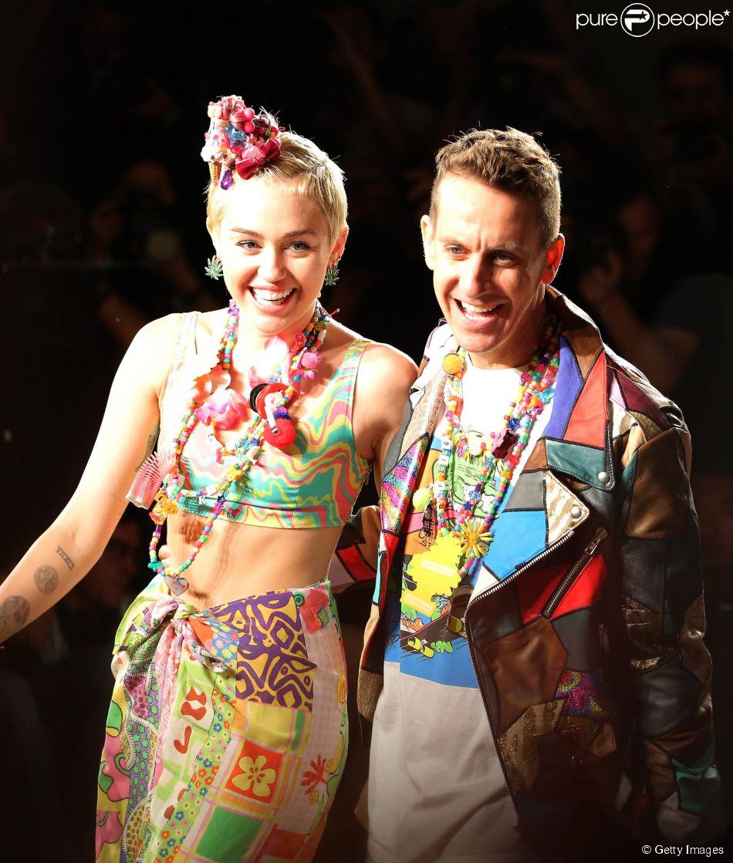 Miley Cyrus desfila ao lado do estilista Jeremy Scott na Semana de Moda de Nova York, em 10 de setembro de 2014