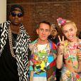 Miley Cyrus posa com estilista Jeremy Scott e rapper 2 Chainz