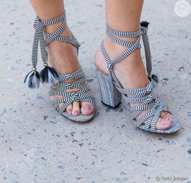 As sandálias de amarrações deixam os pés fresquinhos no verão de forma estilosa